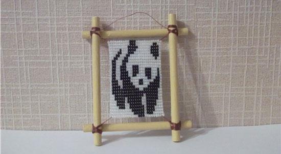 Сегодня будем плести панду из бисера в виде панно