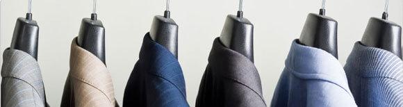чистая одежда на плечиках
