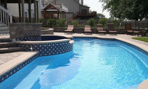 бассейн возле дома