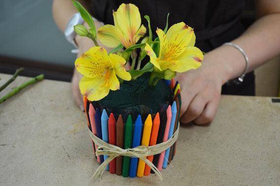 домик для цветка из карандашей
