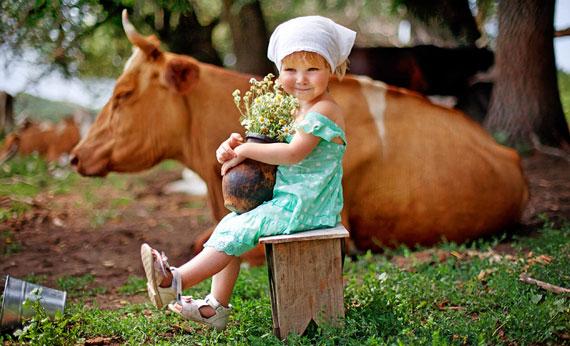 девочка с коровой